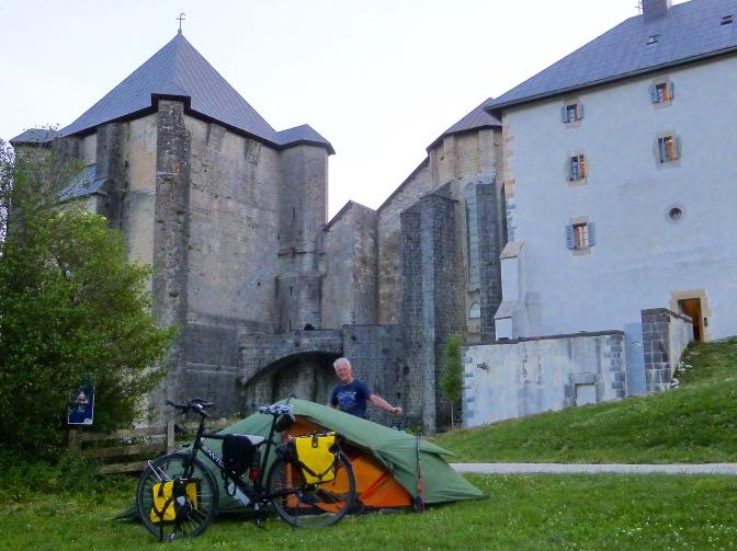 Gekampeerd achter het klooster